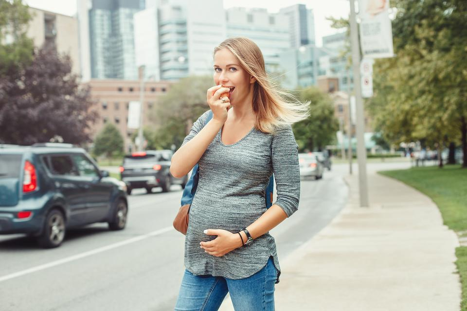 On-the-Go Snacking: 5 Healthy Snacks Pregnant Moms Can Pack in Their Purse!