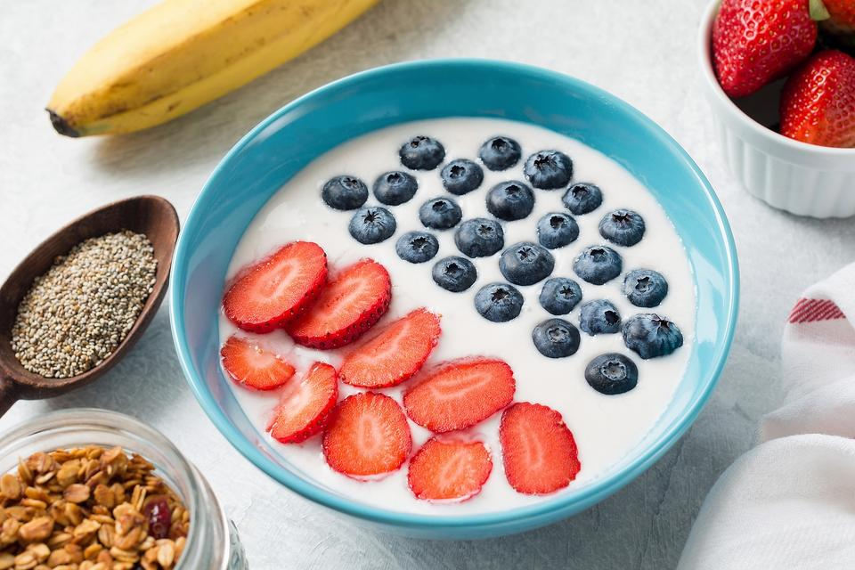 A Healthy July 4th Breakfast? Yep! Make These Fun Patriotic Yogurt & Fruit Bowls!