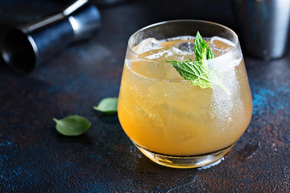 Apple Cider Cocktails: How to Make an Apple Ginger Bourbon Fizz!