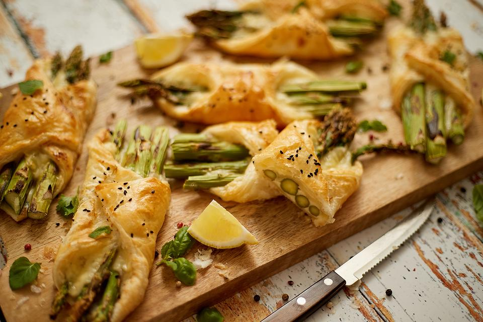 Cheesy Baked Asparagus Bundles Recipe: This Puff Pastry-Wrapped Asparagus Recipe Is Appetizer or Side Dish Material