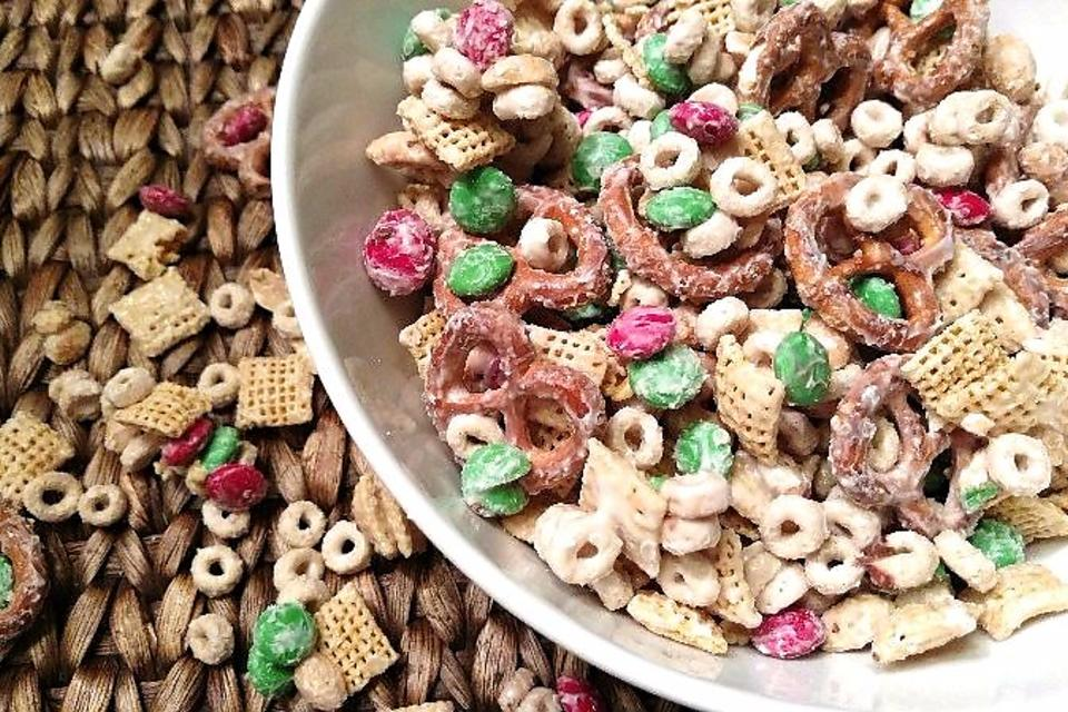 Christmas Snack Mix: How to Make Easy White Chocolate Reindeer Food!