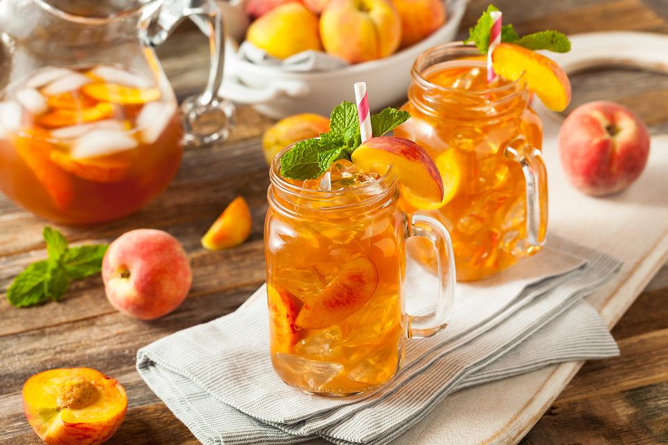 """Weekend Cocktails: This Peach Vodka Iced Tea Recipe Gives """"Tea Time"""" a Whole New Meaning"""