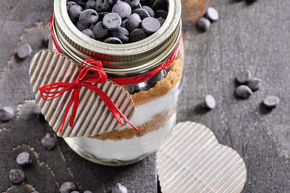 Reuse Valentine's Day Candy: How to Make DIY Blondie Brownie Jars!