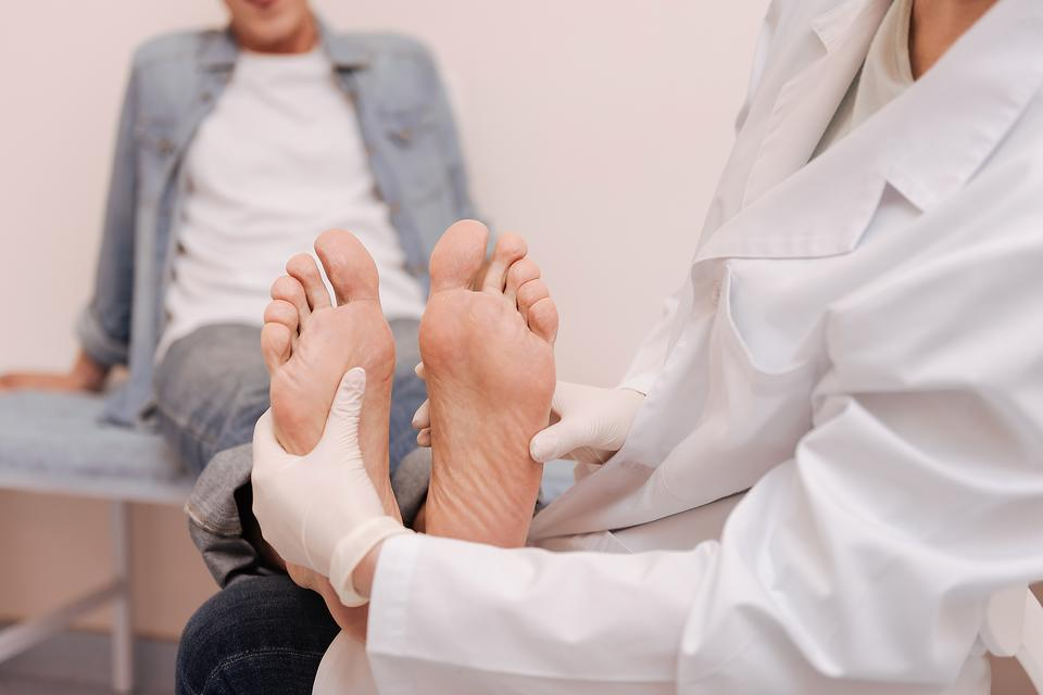 Hammer Toe: Causes, Symptoms, Treatments & Self-care Tips for This Foot Deformity