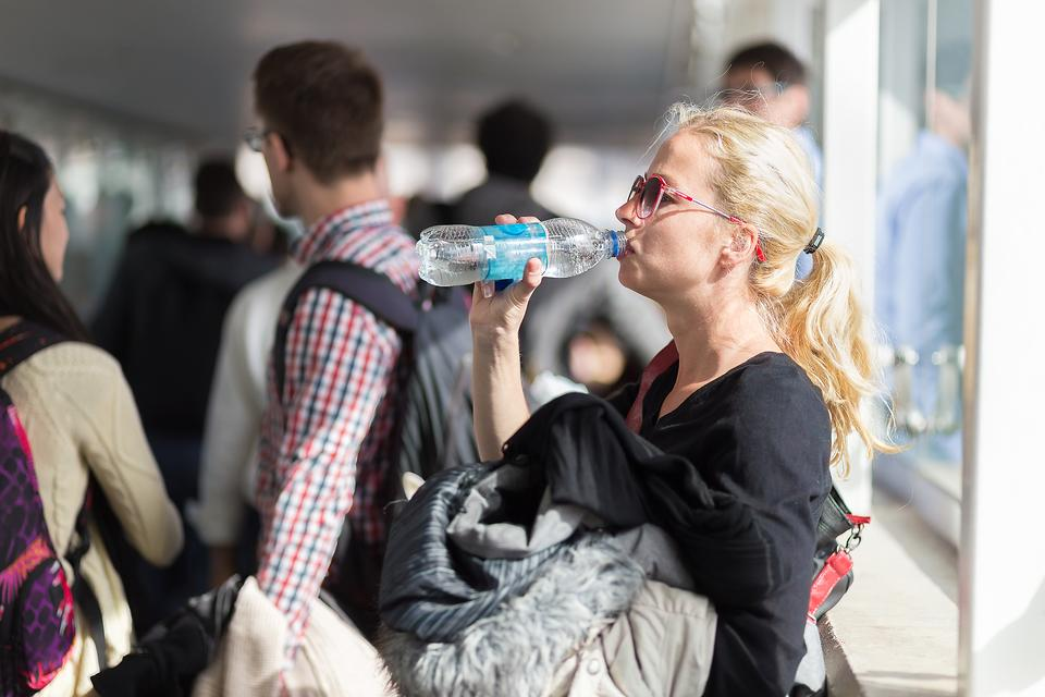 Healthy Air Travel: 4 Easy Ways to Stay Hydrated When You Fly!