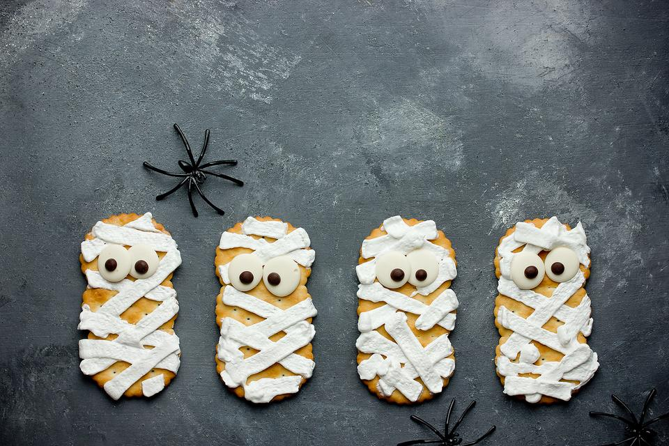 How to Make Fun Mummy Cheese Crackers (Halloween Healthy)!