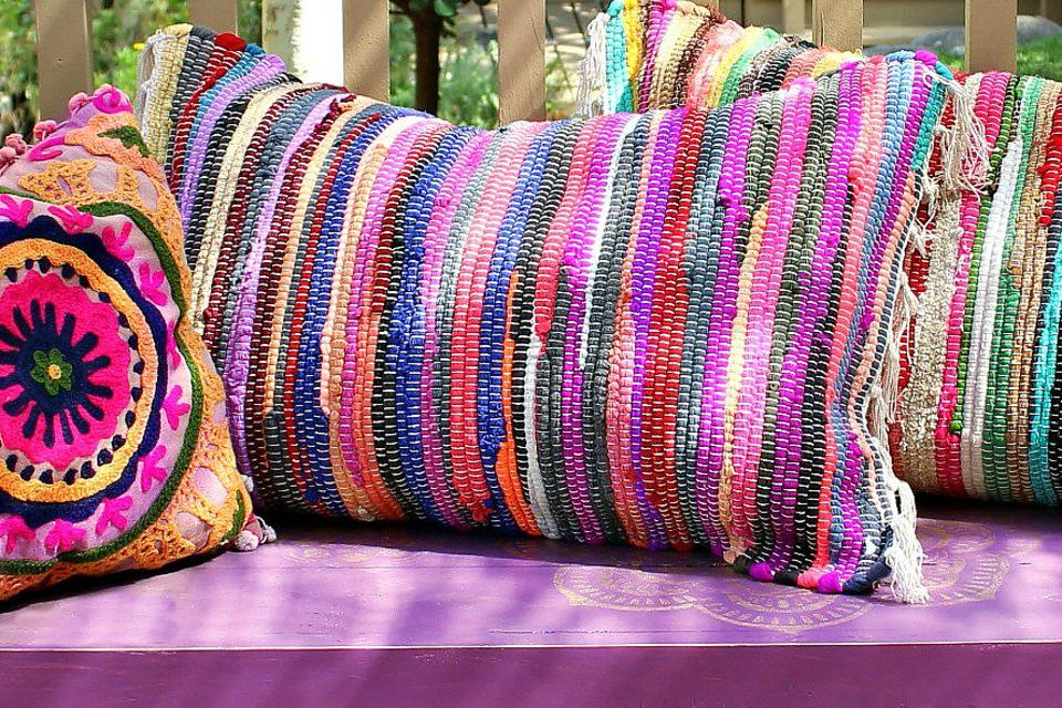 no sew pillow how to turn dollar store rugs into fun no sew pillows diy video 30seconds mom. Black Bedroom Furniture Sets. Home Design Ideas