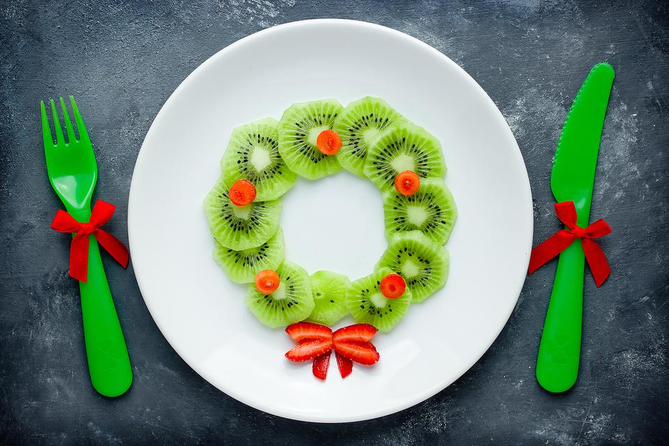 This Kiwi & Strawberry Christmas Wreath Snack for Kids Is Packed With Something Unexpected