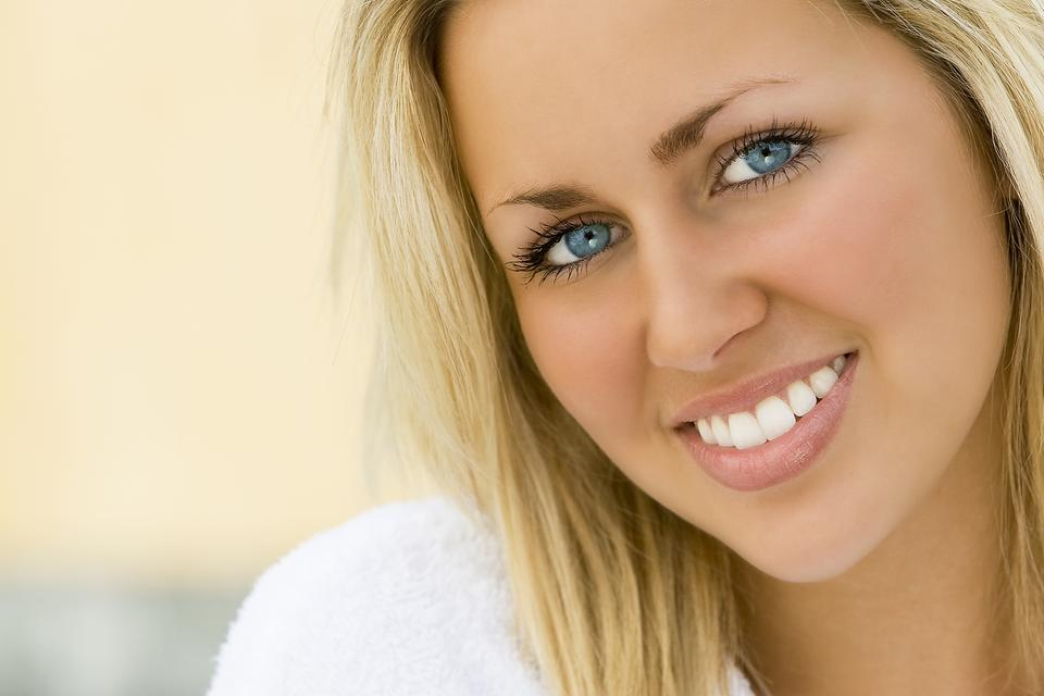 How to Whiten Teeth Naturally: If You Want White Teeth Here's a Beauty Hack for You!