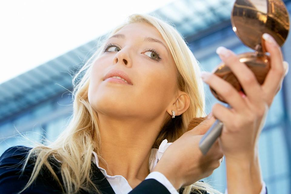 Makeup Refresh Tips: How to Boost Your Complexion With Spray Toner