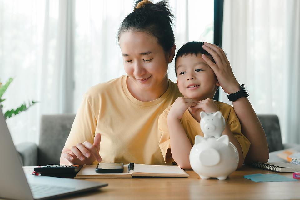 Managing Your Money: 5 Money Tips From a Working Mom With No Debt