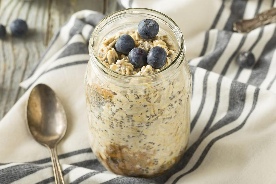 Quick Oatmeal Recipes: This Berry Banana Oatmeal Recipe Is a Healthy On-the-Go Breakfast