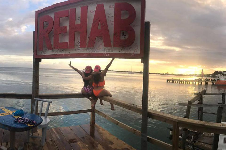 Rehab Bar in Utila: The Perfect Place for an Afternoon Drink in Honduras