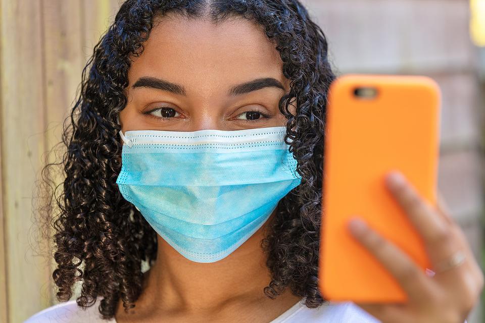 Social Media Meets Social Distancing: 10 Expert Tips for Parents of Teens & Tweens During the Coronavirus (COVID-19) Pandemic