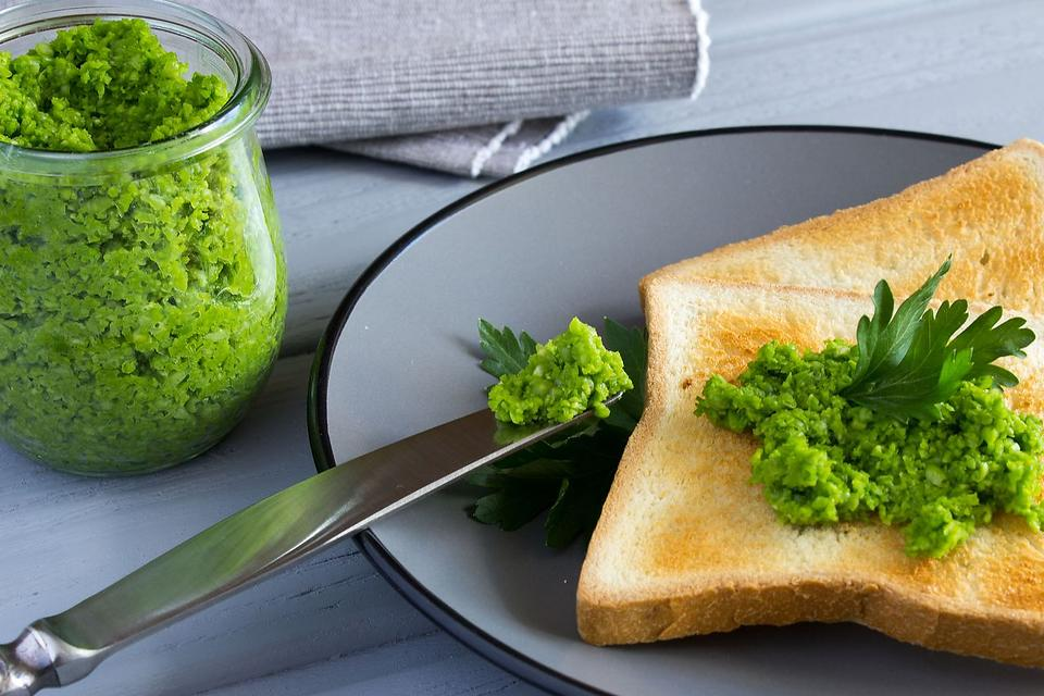 This Healthy Mashed Pea Spread Recipe May Give Avocado Toast a Run for Its Money