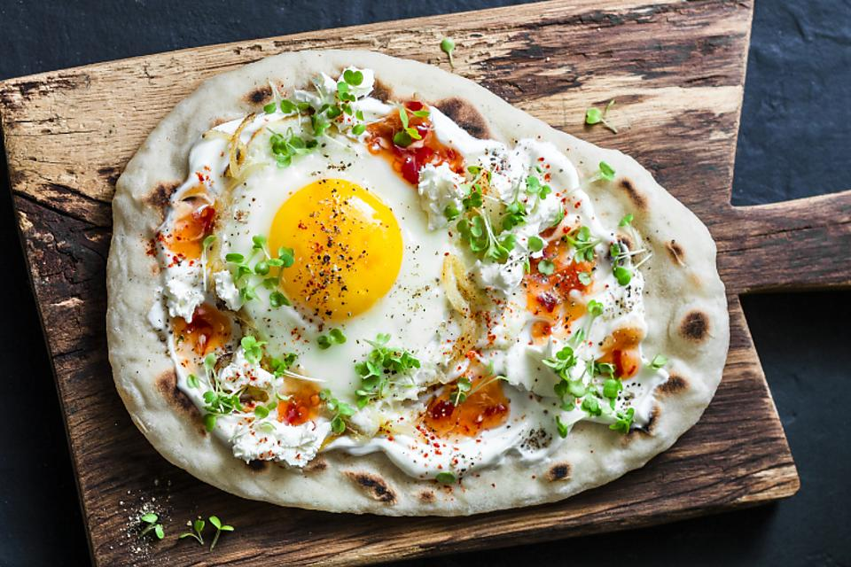 Spicy Fried Egg Naan With Sambal Oelek Jam Recipe: What You Should Serve for Brunch