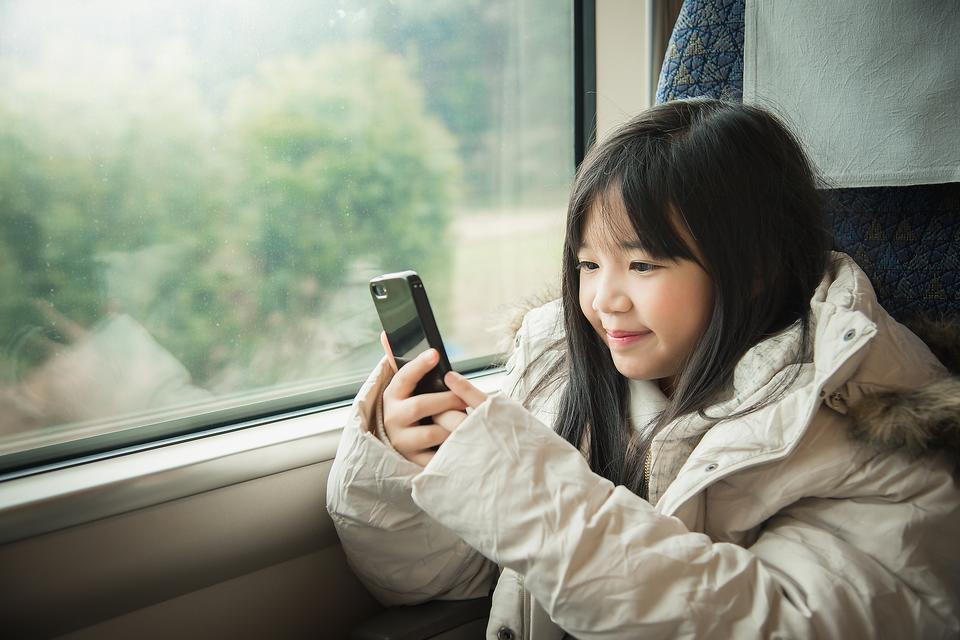 Traveling With Kids? Download These 17 Free Apps That Don't Need Wi-Fi to Work!