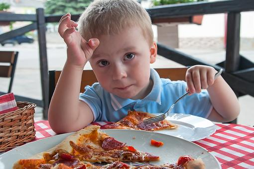 3 Tips to Help Young Kids Eat Politely at a Restaurant!