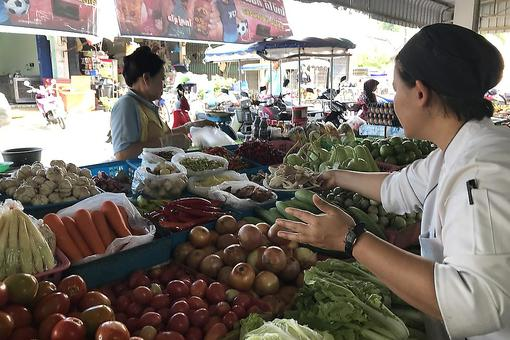 #30Seconds Live: Walk Through an Authentic Phuket, Thailand, Food Market With a Thai Chef!