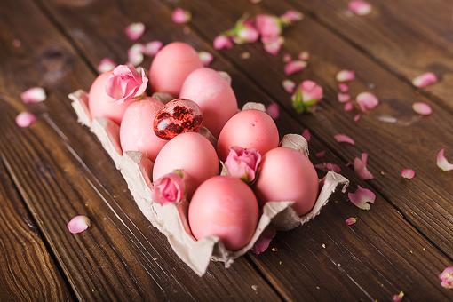 All-Natural Easter Eggs: How to Dye Eggs With Spring Flowers (Really)!