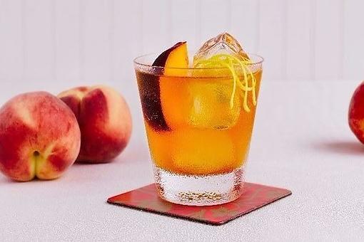 Autumn Whiskey Peach Pit Pie Cocktail: This Peach Cocktail Recipe Tastes Like Fall