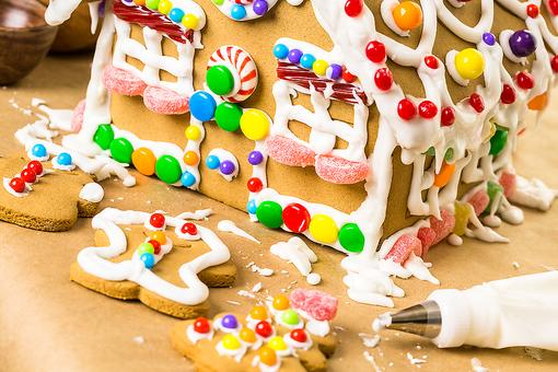Christmas Traditions: How to Host a DIY Gingerbread House Decorating Party!