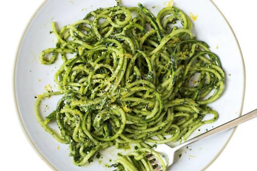 "Lose Your Noodles: How to Make Fresh Basil & Kale Pesto ""Zoodles"""