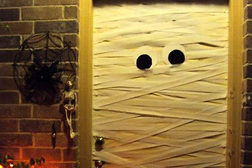 Fast & Easy Halloween Decorating Ideas: How to Mummify Your Front Door for Halloween