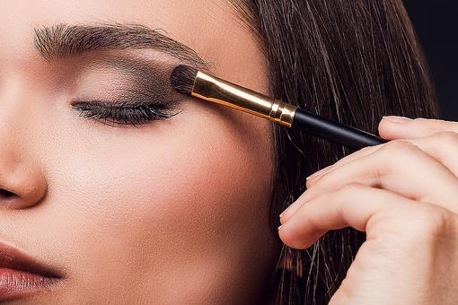 Flawless Eye Shadow: Try This Beauty Tip to Minimize Under Eye Circles!