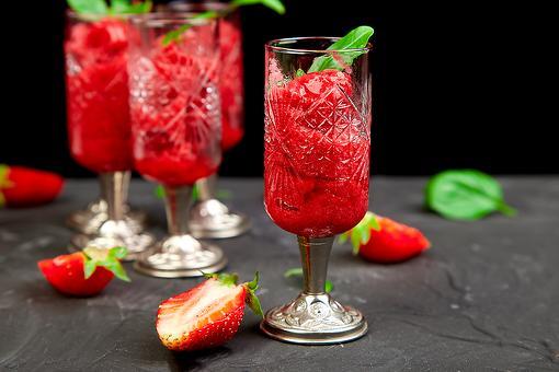 Frozen Strawberry Wine Frosé Slushie Recipe: This Strawberry Rosé Frosé Recipe Is Summer Sipping Perfection