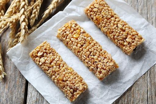 Easy Granola Bar Recipes: This Apple Cinnamon Granola Bar Recipe Is Packed With Protein