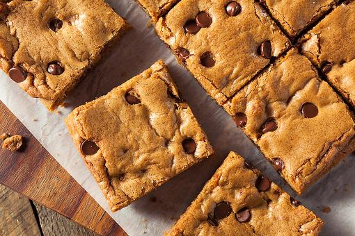 Healthier Sweets for the New Year: How to Make Flourless Blondie Chocolate Chip Bars!