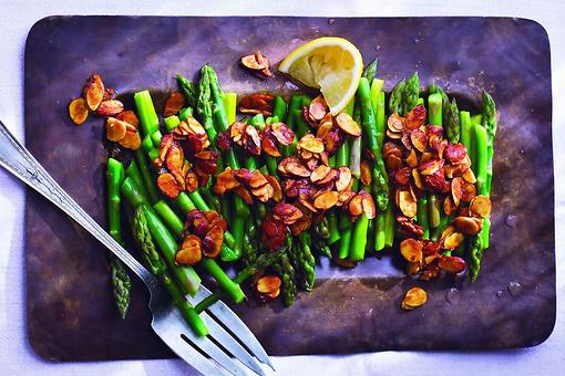 Healthy Side Dishes: How to Make Asparagus With Turmeric-Spiced Almonds!