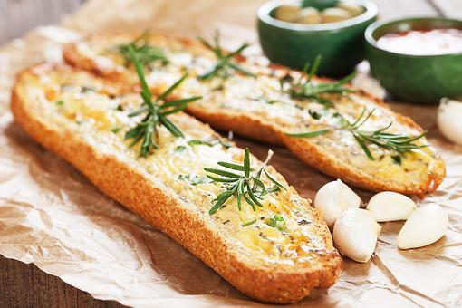 Homemade Garlic Bread: This Recipe Uses an Unexpected Ingredient!