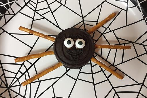 No-Bake Spooky Spider Halloween Sandwich Cookies Is Food Crafting at Its Finest