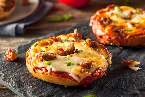 Homemade Pizza Recipes: How to Make Personal Bagel Sausage Pizzas