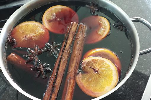 Mulled Wine: How to Make This Spicy Winter Drink in Your Slow Cooker!