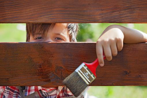 "Simple Summer Fun: Let Your Kids ""Paint"" the Fence With Water!"