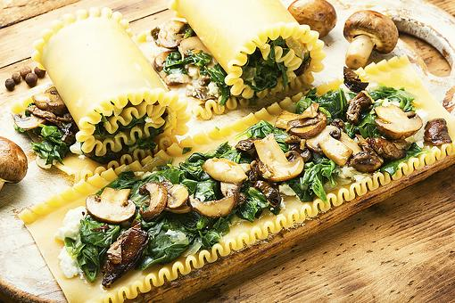 Spinach & Mushroom Lasagna Rolls Recipe: This Easy Lasagna Roll-ups Recipe Can Go Red, White or Pink