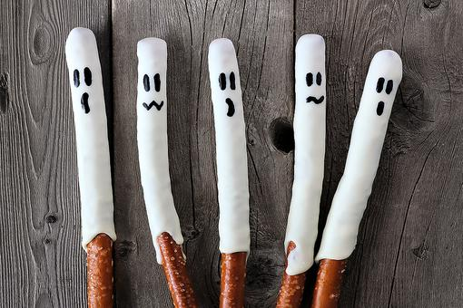 Pretzel Ghosts: This Spooky Snack Is Quick & Easy to Make for Halloween